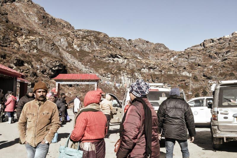 Baba Harbhajan Singh Mandir Gangtok, Indien 2 Januari, 2019: Turist- tillbaka folk som tycker om ferie utanför tempellokal, när g fotografering för bildbyråer
