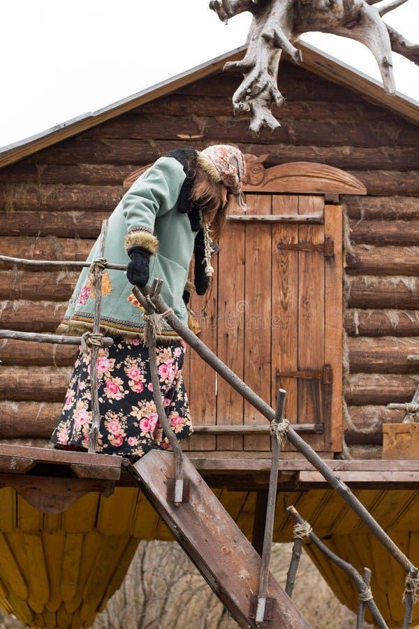 Baba Yaga kommt aus seine Hütte heraus stockfoto