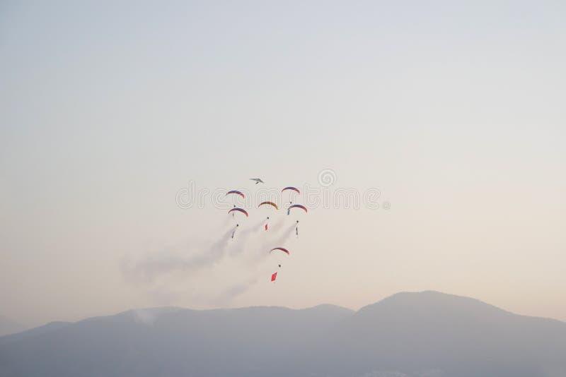 Babadag Paragliding med storartad sikt av Fethiye Oludeniz, Turkiet arkivfoton