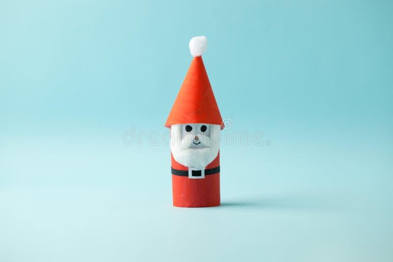 Babbo Natale di carta per la festa di Natale di Buon Natale Facile artigianato per bambini con fondo blu, semplice idea diurna da fotografie stock