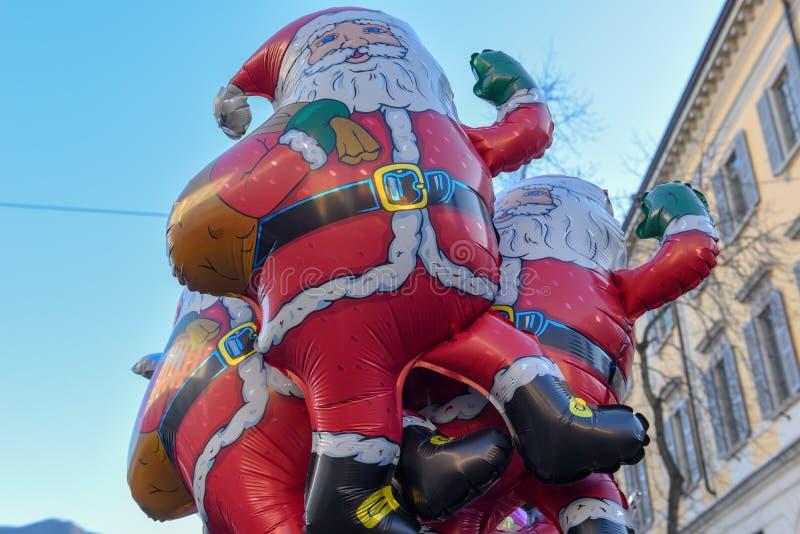 Babbo Natale in vendita al mercato natalizio fotografie stock libere da diritti