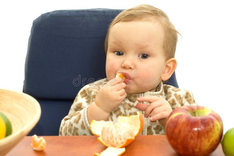 Babby essen Frucht lizenzfreie stockfotos
