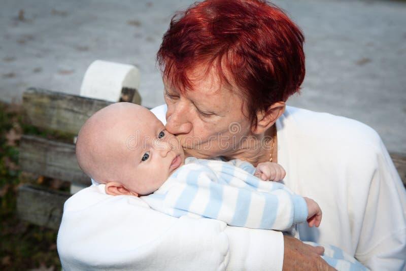 Babci całowania wnuk obraz royalty free