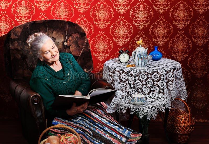 babci czytanie obrazy stock