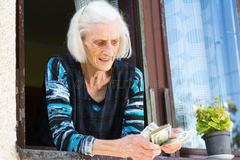 Babci emerytura odliczający pieniądze w domu obrazy royalty free