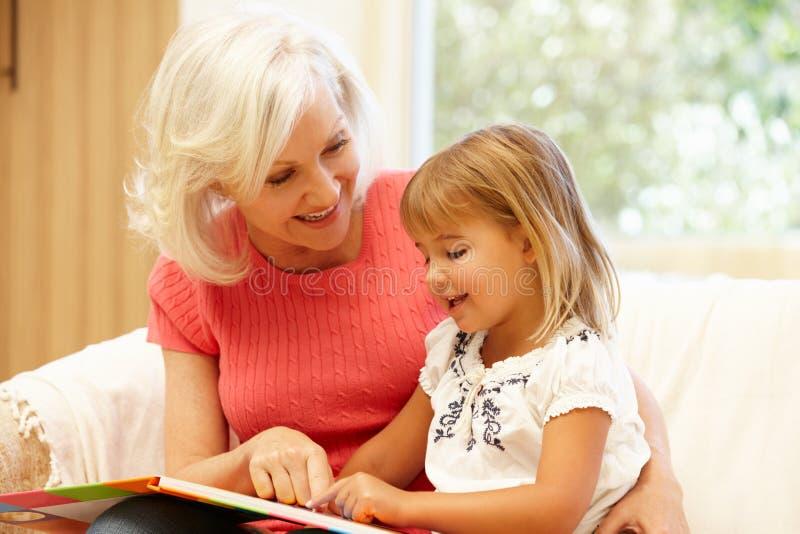 Babci i wnuczki czytanie obrazy royalty free