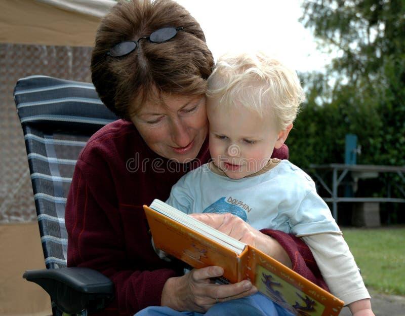 babcia czytanie książki obraz stock