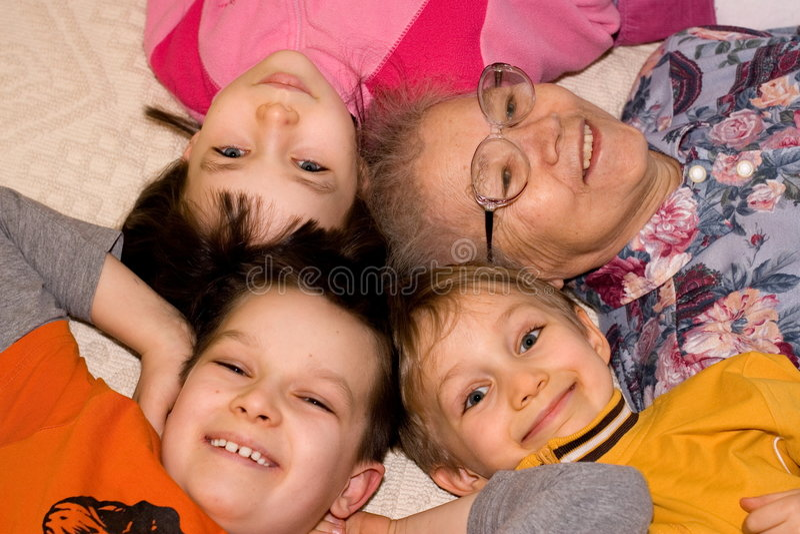 babcia dzieci grają zdjęcie stock