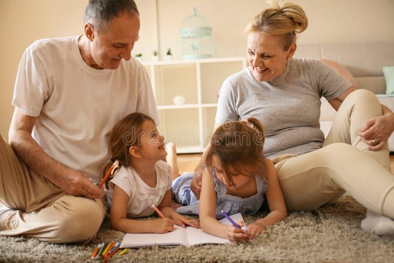 Babcia i dziady uczy ich wnuczki wri obraz royalty free