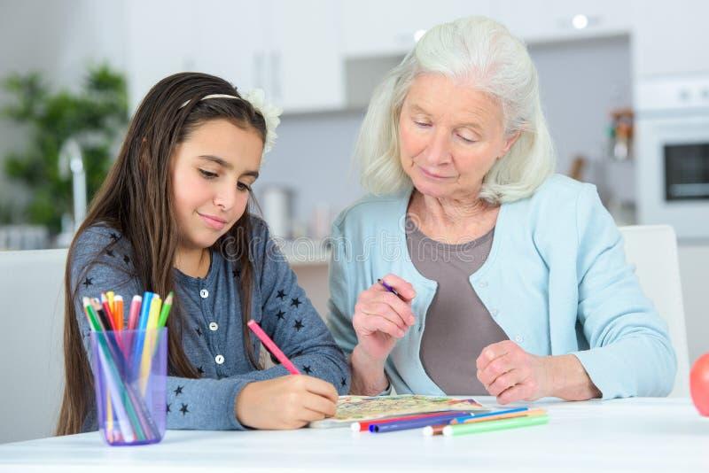 Babcia i grandaughter rysunkowi wpólnie zdjęcia royalty free