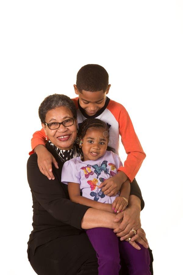 Babcia i jej wnuki odizolowywający przeciw białemu tłu zdjęcia stock