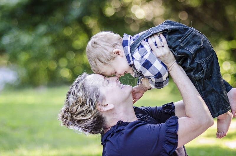 Babcia i szczęśliwy dziecko fotografia stock