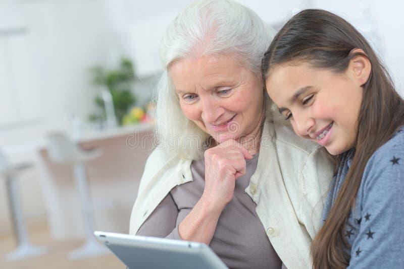 Babcia i uroczysta córki dopatrywania pastylka obrazy royalty free