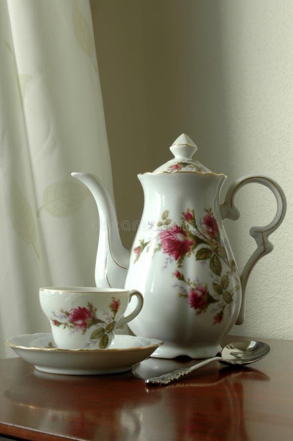 babcia jest ustalona herbaty. obraz stock