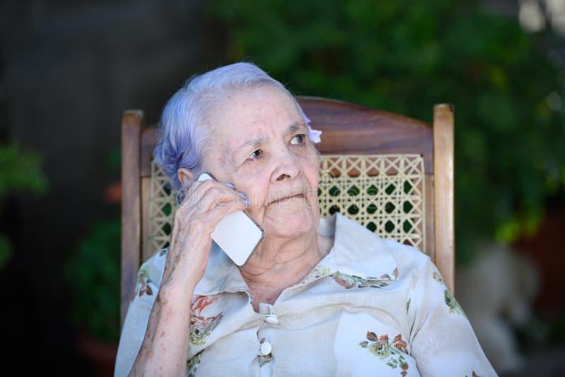 Babcia opowiada na telefonie obraz royalty free