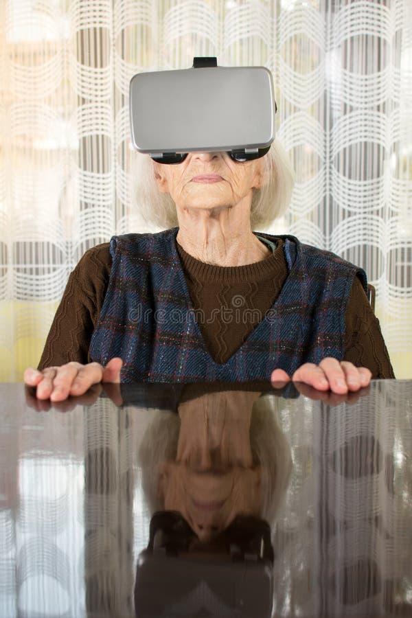 Babcia próbuje używać VR gogle fotografia royalty free