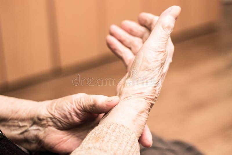 Babcia sprawdza puls na nadgarstku zdjęcie stock