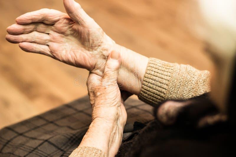 Babcia sprawdza puls na nadgarstku zdjęcia royalty free