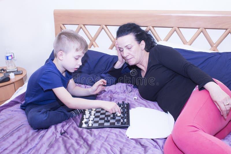 Babcia trenuje twój wnuka bawić się szachy zdjęcia stock