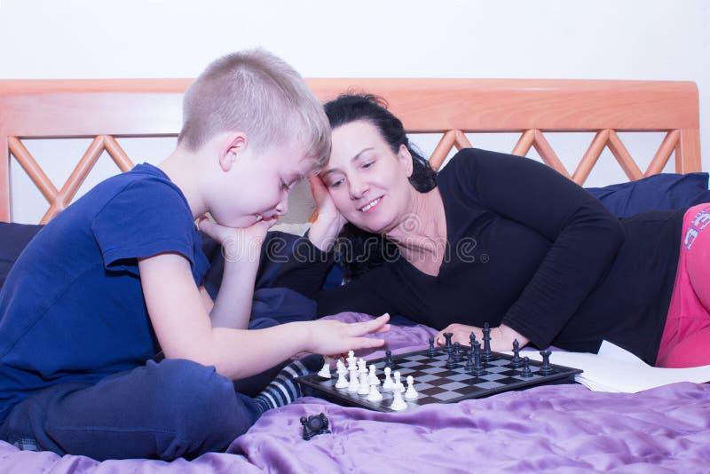 Babcia trenuje twój wnuka bawić się szachy zdjęcia royalty free