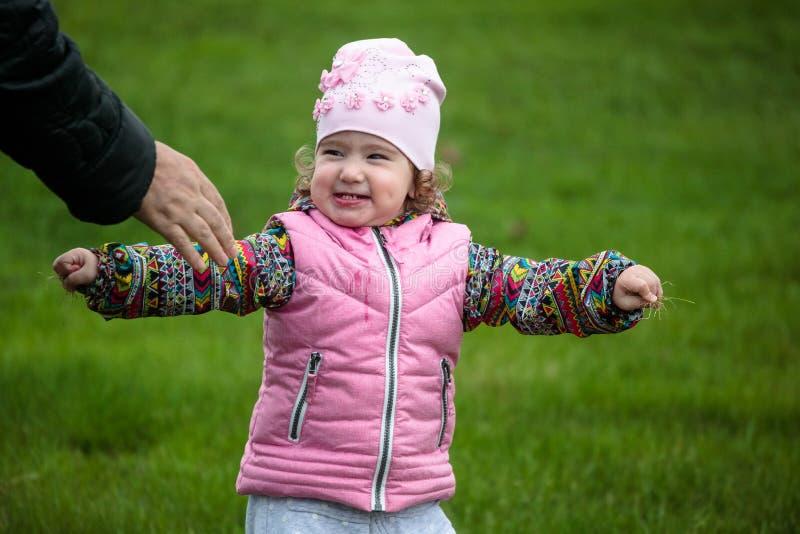 Babcia trzyma out jej rękę spotykać małego dziecka na ulicie fotografia royalty free