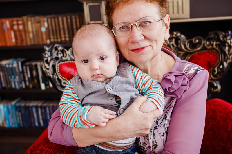 Babcia trzyma starego wnuka fotografia royalty free