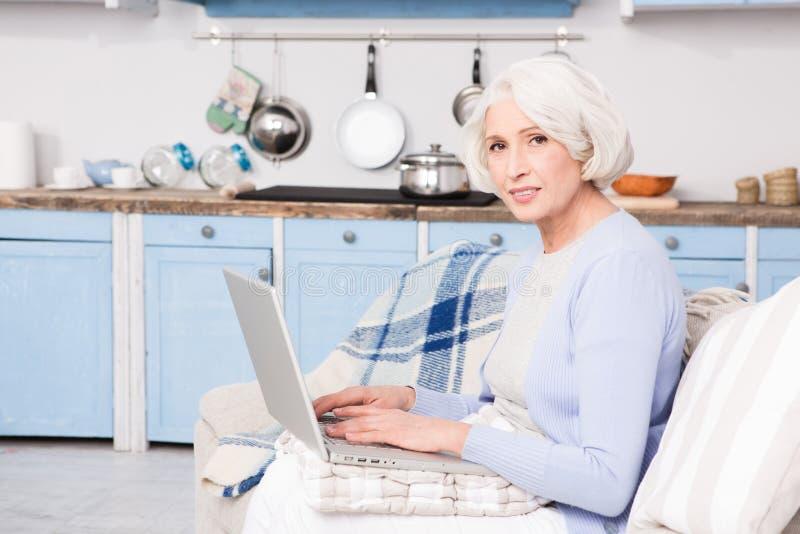 Babcia używa laptop obraz royalty free