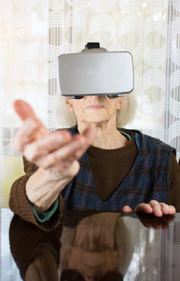 Babcia używa rzeczywistość wirtualna gogle obraz stock