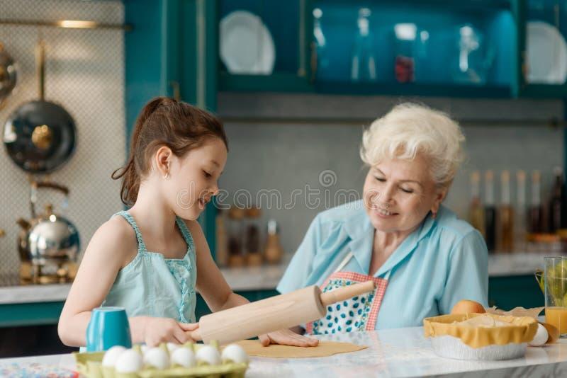 Babcia wydaje czas z wnuczką obrazy royalty free