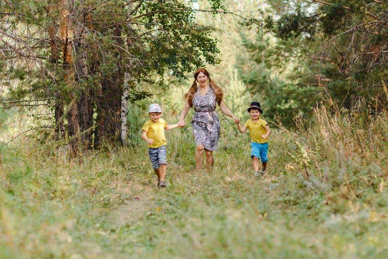 Babcia z dwa wnukami biega w parku obraz royalty free