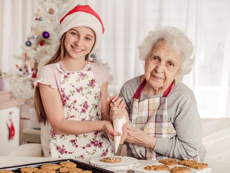 Babcia z wnuczkami dekoracyjnymi ciasteczka zdjęcia stock