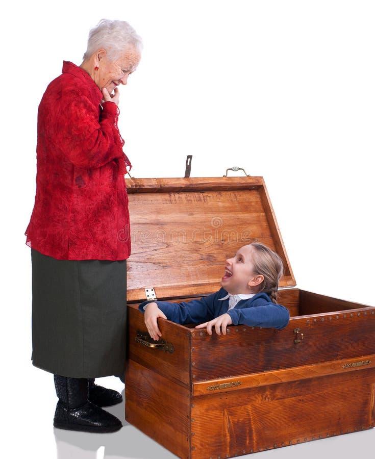 Babcia zakłada jej wnuczki w klatce piersiowej zdjęcia royalty free