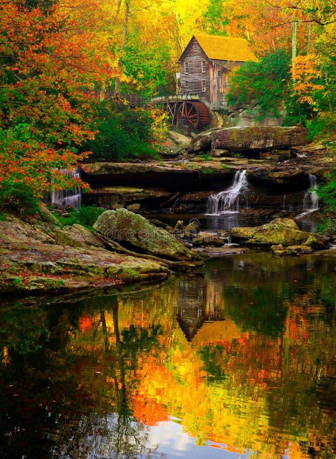 Babcock Mühlvertikale auf einem perfekten Herbstmorgen lizenzfreie stockfotografie