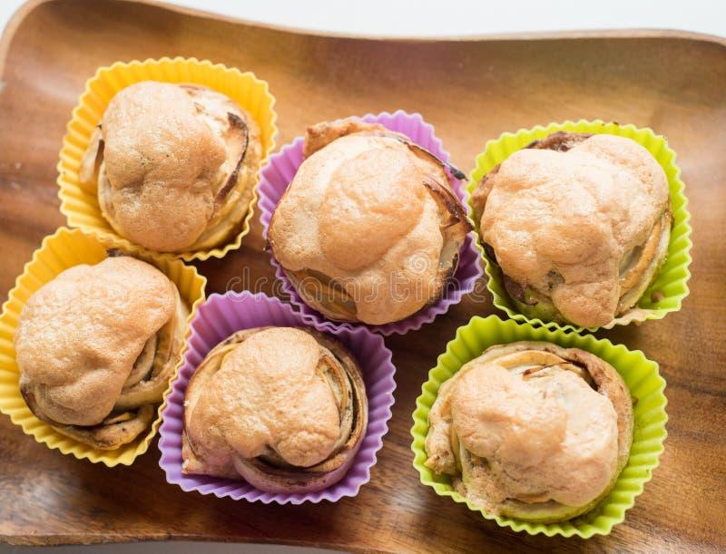 6 babeczek z masła kremowym lodowaceniem i czekolada liścia dekoracją zdjęcia royalty free