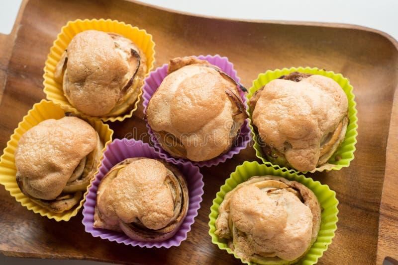 6 babeczek z masła kremowym lodowaceniem i czekolada liścia dekoracją zdjęcie royalty free