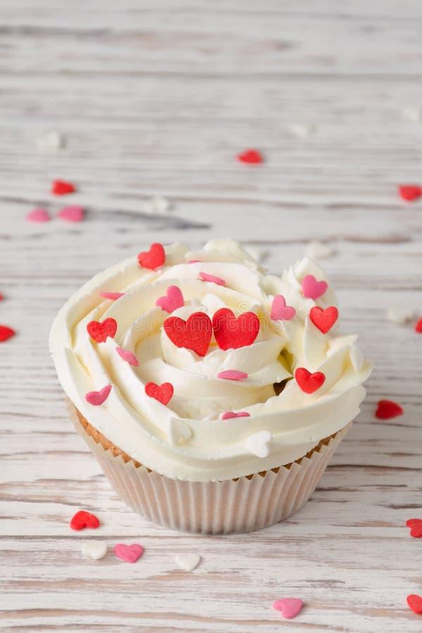 Babeczka dekorująca z sercami Miłość Walentynki ` s dnia pojęcie zdjęcie royalty free