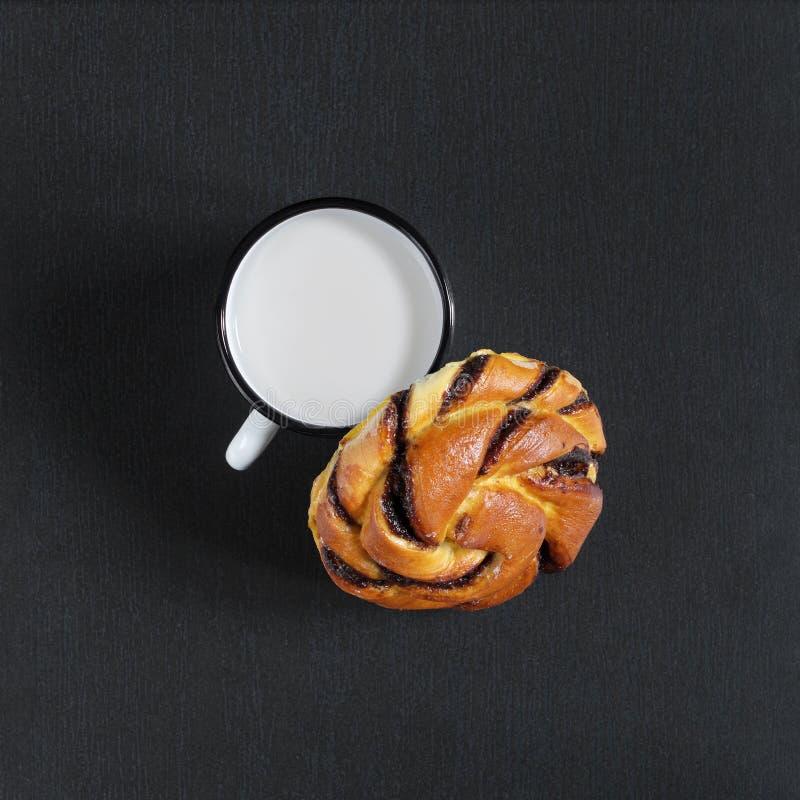 Babeczka i kubek mleko obraz royalty free