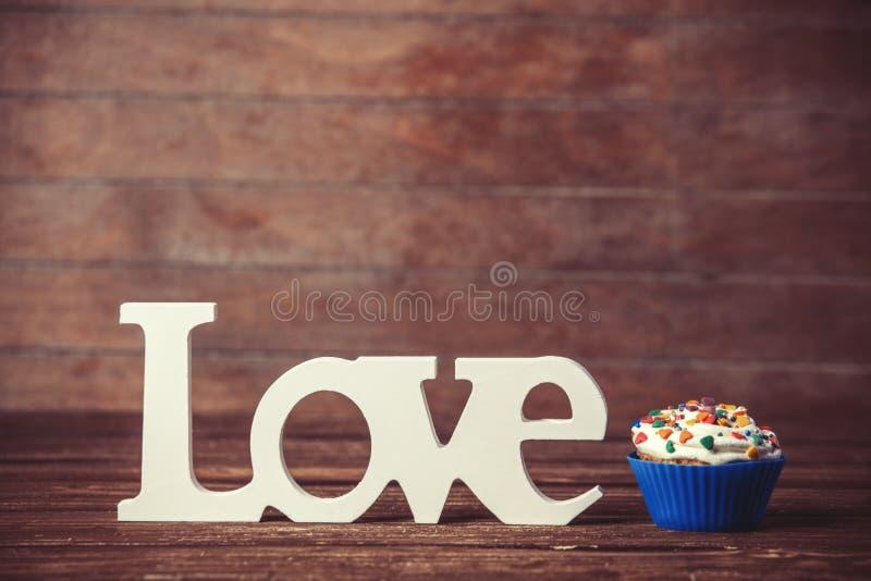 Babeczka i słowo miłość zdjęcie royalty free