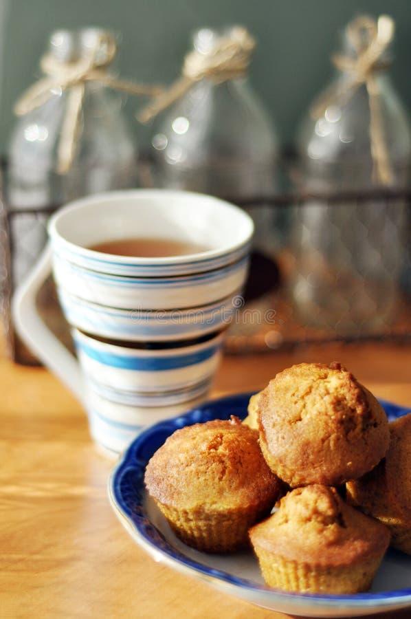 Babeczki i herbata obrazy stock