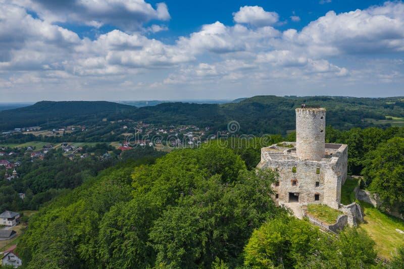 BABICE, POLEN - JUNI 28, 2019: Satellietbeeld van Lipowiec-kasteel Historisch kasteel Lipowiec en antiek de bouwmuseum De ru?nes royalty-vrije stock foto's
