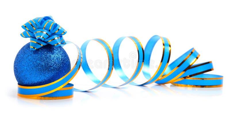 Babiole bleue de Noël avec un arc bleu et un ruban image stock