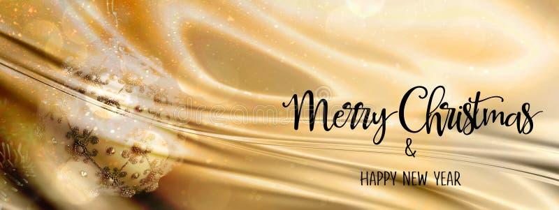 Babiole de Noël sur un or et un contexte abstrait argenté avec le tissu en soie panoramique images libres de droits