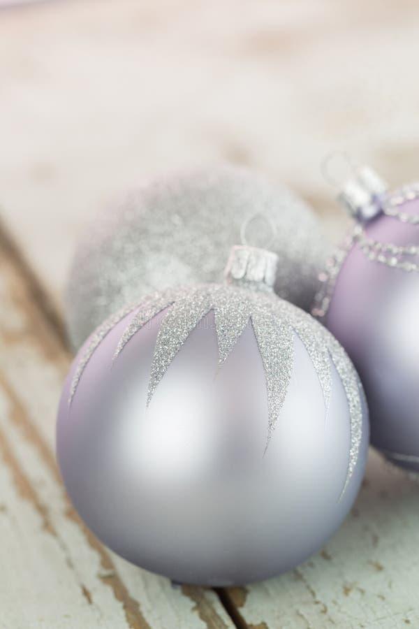 Babioles argentées décorées de Noël photographie stock