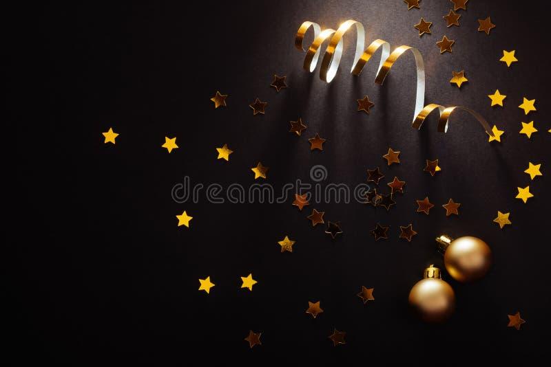 Babioles argentées d'or de deco de beau Noël sur le fond de noir foncé photo stock