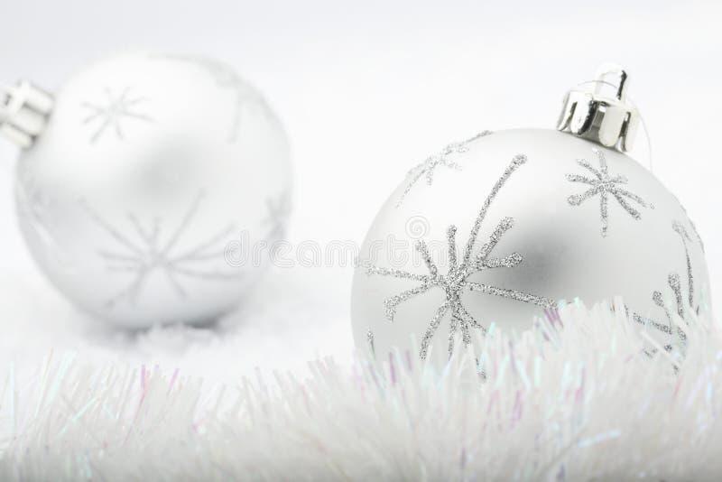 Babioles argentées de Noël. photo libre de droits