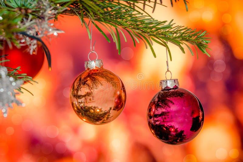Babioles brillantes de Noël accrochant sur une branche image libre de droits