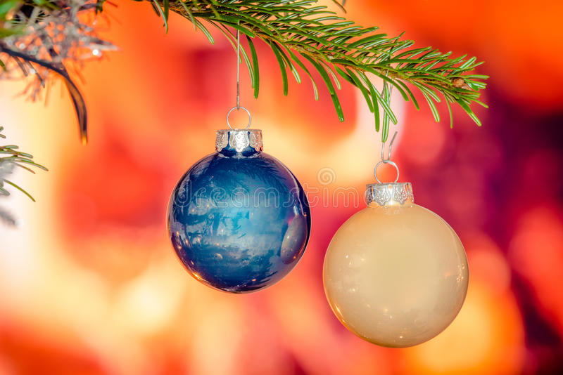 Babioles brillantes de Noël sur un arbre photographie stock