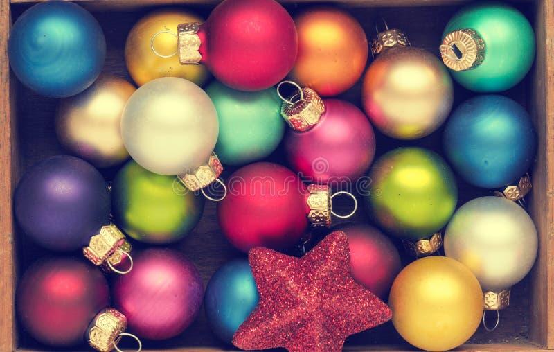 Babioles colorées de Noël de vintage dans une boîte image stock