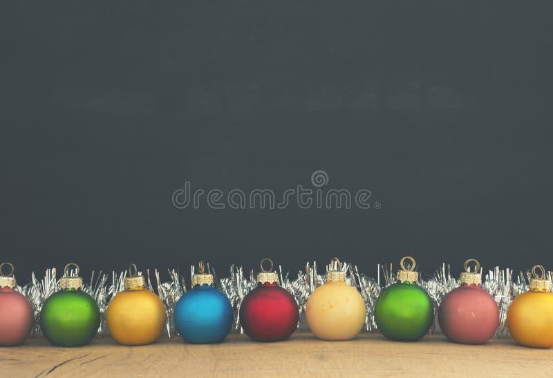 Babioles colorées de Noël de vintage sur le tableau images stock