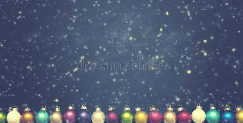 Babioles colorées de Noël de vintage sur le tableau image stock